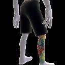 Bein-Tattoo und Shorts (rechts)